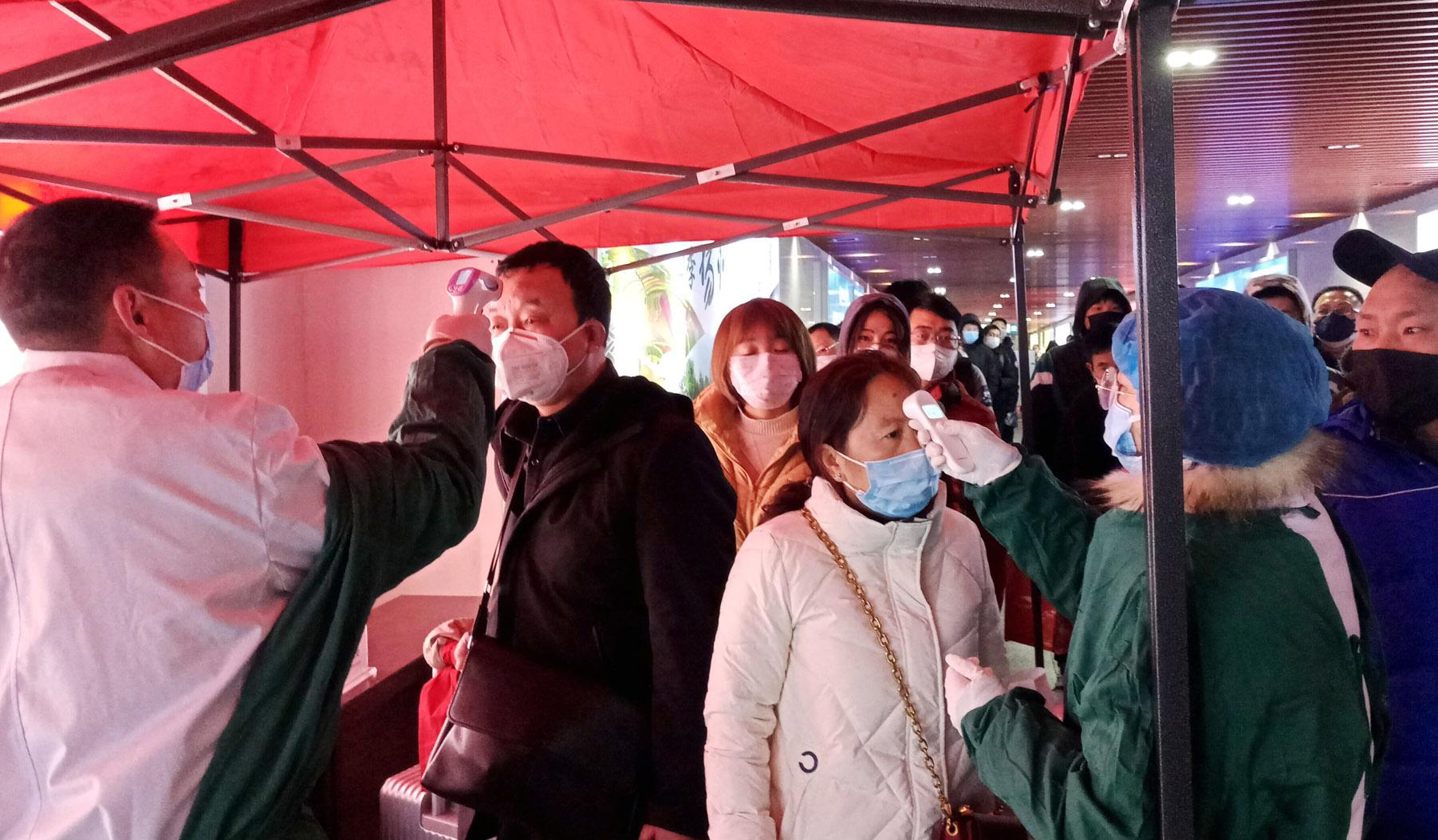 扬州火车站对旅客进行体温测量