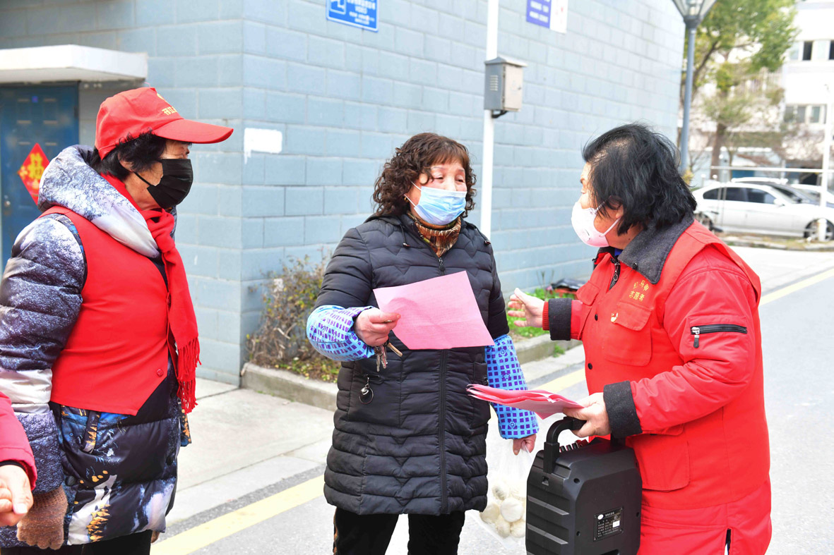 志愿者上门宣传防疫工作