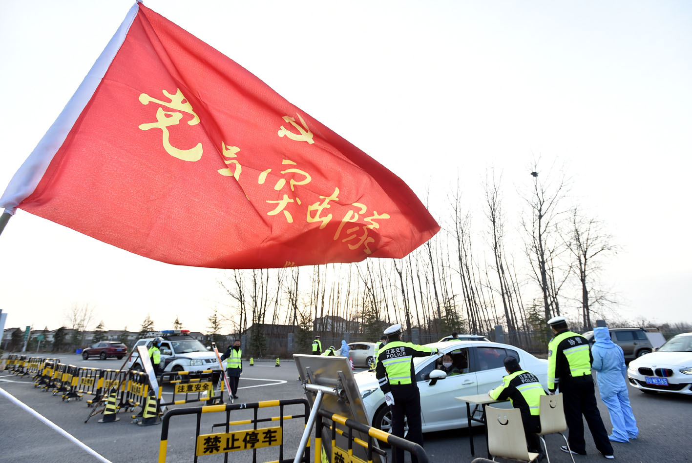 高速服務區黨員突擊隊 多兵種聯合作戰