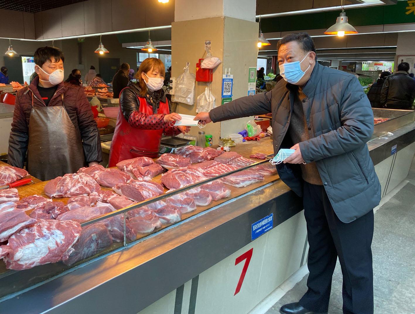 万顺集团联合报社精准投放2000只口罩送进农贸市场