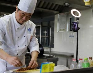 """中国烹饪大师主播了40多节课的""""云烹饪"""""""